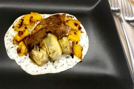 agnello con patate croccanti e carciofi